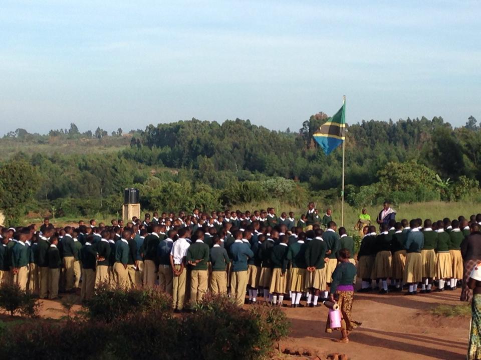 Jeden Morgen und Nachmittag treffen sich alle Schüler zu einer kurzen Versammlung, dort werden die wichtigsten Ansagen gemacht, Schuluniformen kontrolliert und manchmal auch gesungen.