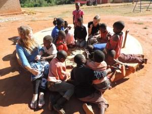 Hier malten wir kleine Holzsterne an, die die Spender zu ihrem Weihnachtsbrief bekommen. Nach und nach kamen dazu immer mehr Kinder.