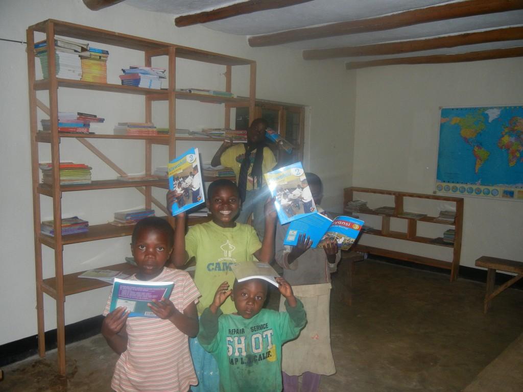 Das ist unsere Bücherei, die hübsch gemacht und mit neuen Büchern ausgestattet wurde. In der Regel wird sie jeden Mittwoch und Samstag von unseren großen Jungs geöffnet, die Kinder können kommen, sich Bücher ansehen und auch ausleihen. Inzwischen lachen sie mich auch nicht mehr aus, wenn ich ihnen was auf Kiswahli vorlesen soll.