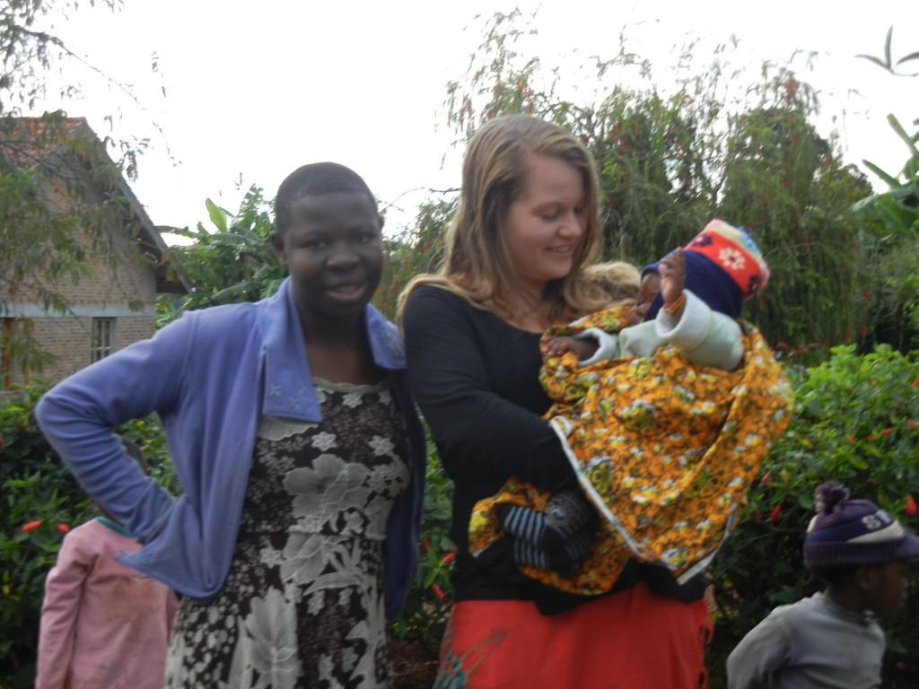 Zu meinen großen Freude ist meine Lieblingshausmama wieder zurück gekommen und zwar mit ihrem kleinen Sohn Simon. Neben mir steht Dada Laineth, die eine Ausbildung zur Schneiderin macht und in ihren Ferien im Kinderdorf war.