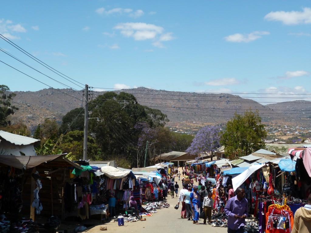 Und so können wir hier in der Stadt einkaufen. Ein riesiger Second-Hand-Markt, wo es auf den Wühlhaufen die Kleidung für 25 Cent das Stück gibt.