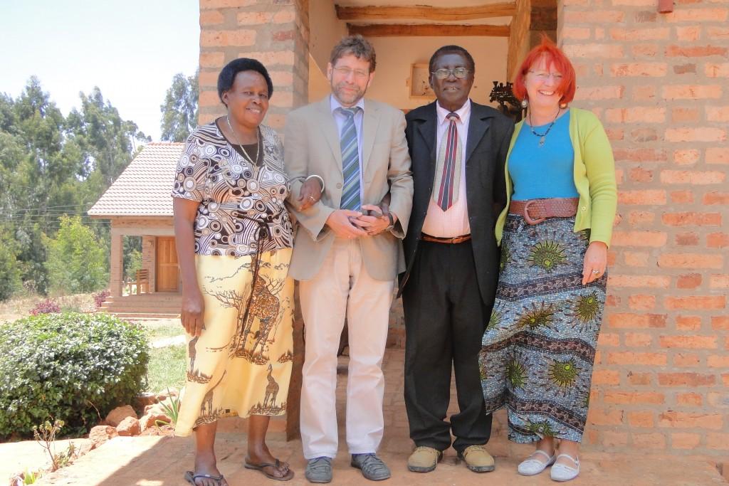 Wilfred Mwakelebela, umrahmt von seiner Frau und dem Ehepaar Schmidt