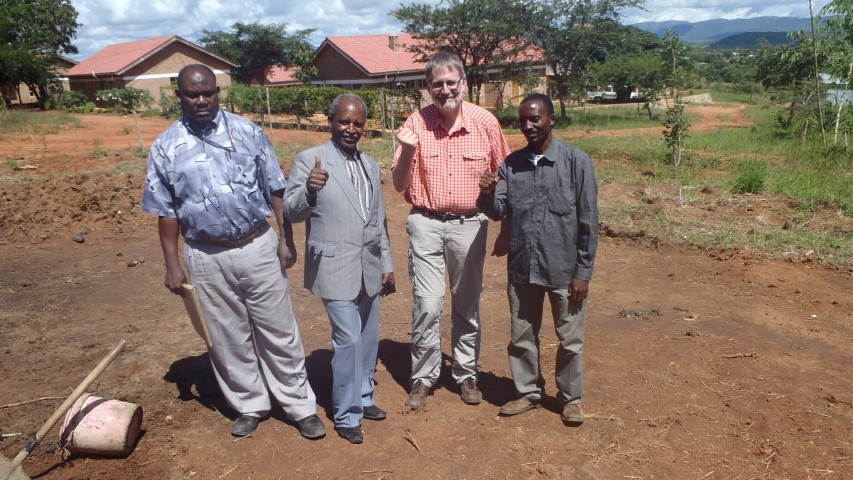 """Kitwiru oye!"" (April 2015, Gemeindedirektor Simba, Ally Mbata, Ulrich Siepe, Bauunternehmer Aziz Mwalongo)"