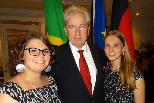 Julie und Nina umrahmen Botschafter Egon Kochanke