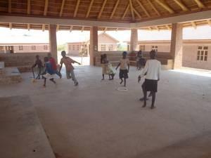 Kinder nutzen den neuen Ort zum Spielen