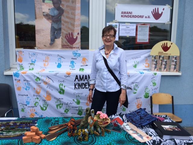 Amani Vorstandsmitglied Marlies Deutskens an ihrer alten Wirkungsstätte, der Grundschule am Niersenberg
