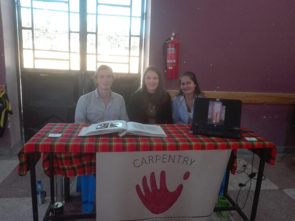 Die deutschen Schreinerfreiwilligen Paul und Christina, unterstützt von Eva, der Freiwilligen an der Cagliero Girls Secondary School